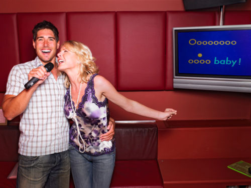 karaoke_couple date night ideas guy and girl
